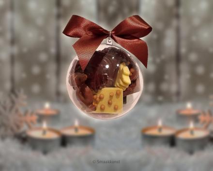 de kerstbal uit het assortiment Kerst- en eindejaarsgebak door patisserie en chocolaterie Smaakkunst Roeselare