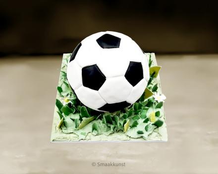 De voetbal als 3D figuurtaart door patisserie en chocolaterie Smaakkunst te Roeselare