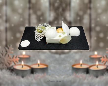 Een dessertbordje Bolero als Kerst- en eindejaarsgebak door patisserie en chocolaterie Smaakkunst Roeselare