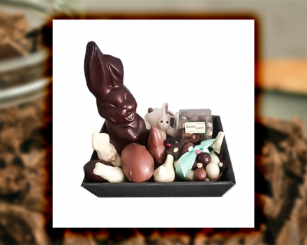 Een chocolade paaspakket uit het assortiment seizoenschocolade van Smaakkunst te Roeselare
