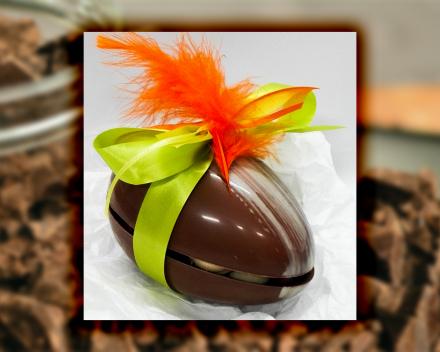 Een gevuld paasei uit het assortiment seizoenschocolade van Smaakkunst te Roeselare