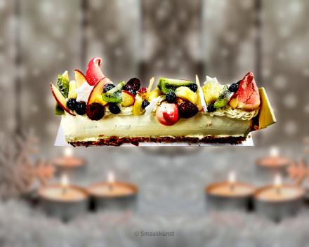 Een kerstbuche slagroom en vers fruit als Kerst- en eindejaarsgebak door patisserie en chocolaterie Smaakkunst Roeselare