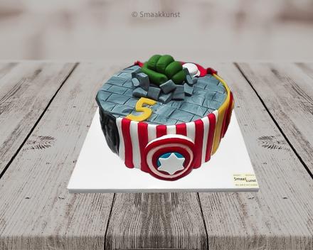 The avengers taart als themagebak door patisserie en chocolaterie Smaakkunst te Roeselare