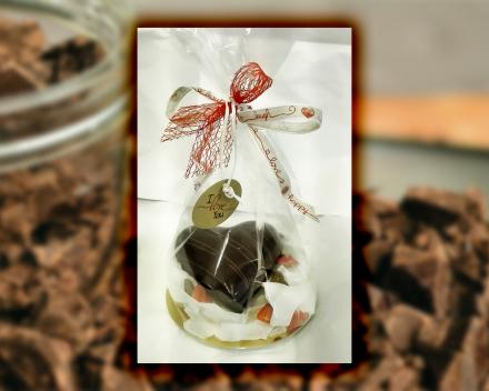 Een gevuld chocoladehart uit het assortiment seizoenschocolade van Smaakkunst te Roeselare